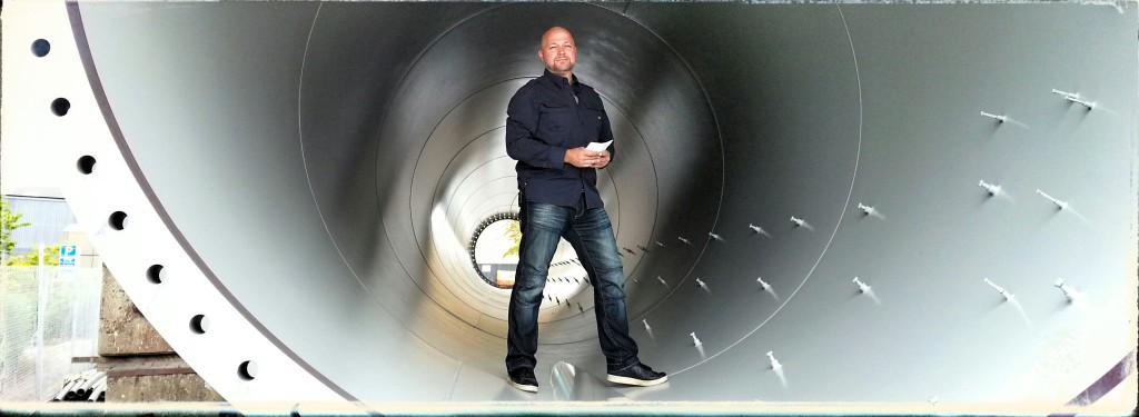 Teddy Landén som programledare i Colibris film för Svetskommissionen,  mitt inne i en vindmöllemast på gamla Kockumsområdet.