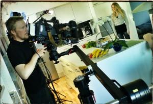 Fotografen Marcus Skogström, Pixeltouch Media, och statisten Pernilla Germundsson under inspelningen