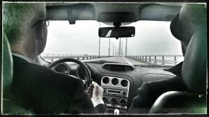 På väg över bron med Tomas André och fotograf Magnus Rutberg.