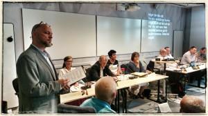 Teddy Landén modererar politikerpanelen i HRF-debatten
