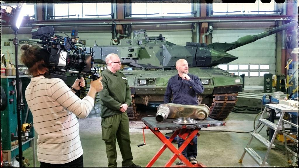Filmar intervju på FMV i Skövde med en stridsvagnsdetalj på bordet