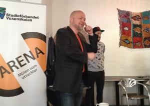 Moderator Teddy Landén och Mario Dri från Rädda Barnen