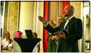 Stomiterapeuterna Anna Forsblom och Karin Blomberg på scen med Teddy Landén.